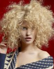 cabellos medios - happy hairstyle with curls
