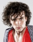 peinados para hombres - man with bouncing curls