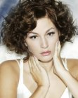 cortes de pelo cortos - curly hair with a side part