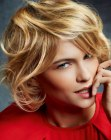 cortes cortos - curly blonde bob