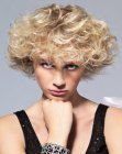 peinados cortos - sporty haircut with curls