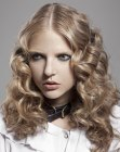 cortes modernos - Goth look with curls