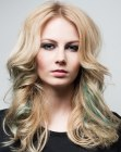 cortes largos - blonde hair with green streaks