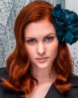peinados de moda - long red hair with a flower